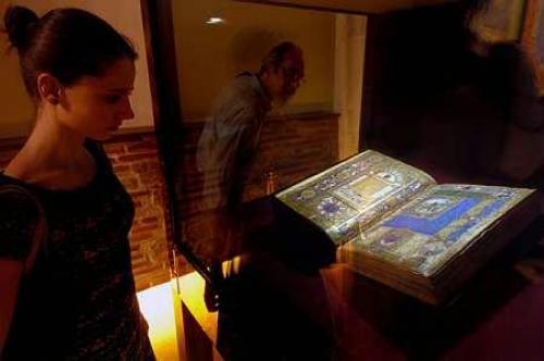 Mátyás király könyvtárának legszebb kódexe, a Philostratus-corvina az Országos Széchenyi Könyvtárban, a Nemzeti ereklye kiállítótér megnyitásán. (MTI Fotó: Szigetváry Zsolt)